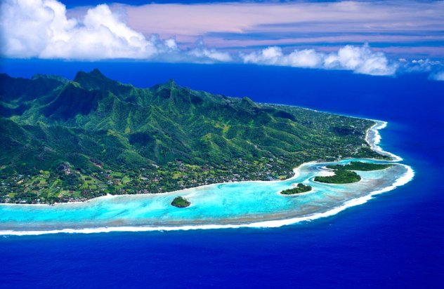 Rarotonga from above with view of blue lagoon